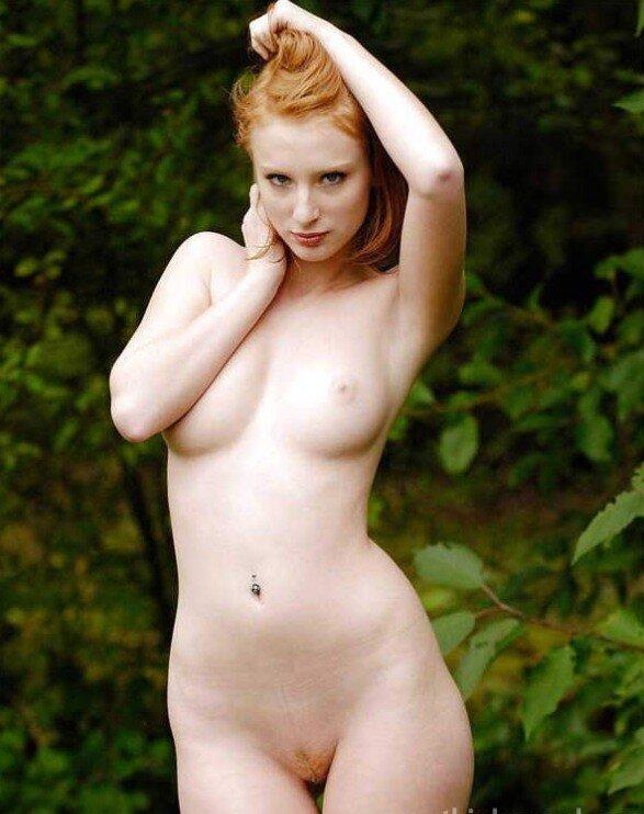 Une Vraie Rousse Qui Se Tr Mousse Nue Dans Le Jardin