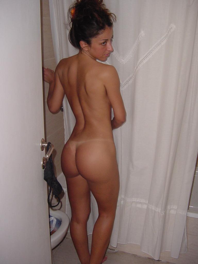 Filles nues dans la salle de bain