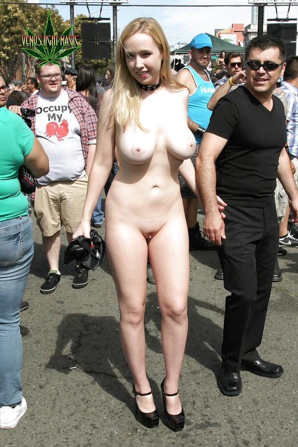 De belles femmes s'adonnent l'exhibitionisme en public