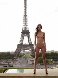 Elle montre son cul à la tour Eiffel