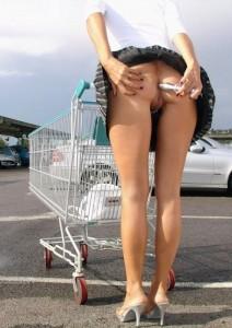 Elle montre son cul sur le parking et s'enfonce un petit gode dans le cul