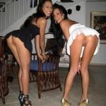 Elles montrent leurs fesses dans un salon.