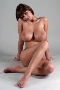 brunette a gros seins