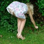 Penchée en avant dans un jardin