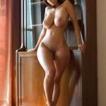 Belle et nue avec des traces de bronzage